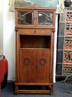 Szecessziós könyv szekrény, vitrines, fiókos,dió furnérezott fa, bronz veretekkel, XIX. század