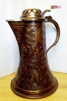 Csodás kézműves vörösréz fedeles kupa, kalapált domborműves díszítménnyel, antik ritkaság.
