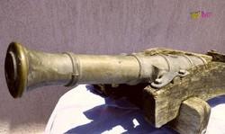 Címeres nagy méretű ágyúmodell romos állapotban, felújításra szoruló antik ritkaság.
