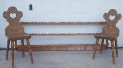Népi fafaragás ,faragott nagyméretű polc tálasfogas két székkel
