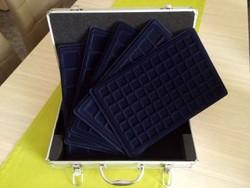 Új érmetartó bőrönd 5 db tálcával és kulcsokkal/id 9683/