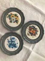 3 db virágos falra akasztható ón tányér 10.5cm átmérő.