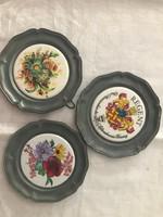2 db virágos 1db címeres falra akasztható ón tányér 10.5cm átmérő.