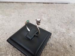 Modern fehér arany gyűrű smaragddal és brillel