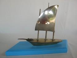 Fém vitorlás hajó