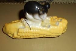 Kukoricán csücsülő egérke, porcelán vitrin figura