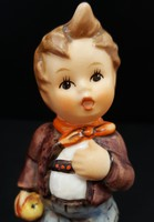 Hummel kisfiú kezében almával, 10 cm