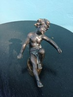 Antik bronz fiúcska.