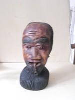 Fából faragott afrikai benszülött pipával