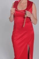 Hosszú brokát bélelt piros estélyi ruha Makány Márta iparművész munkája.