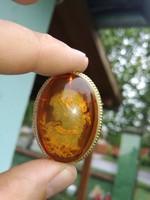 18 k-os arany keretes vésett borostyán szecessziós nöi alakkal.Medáll és bross