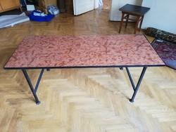 Korall színű márvány lapos dohányzó asztal kovácsoltvas lábakon