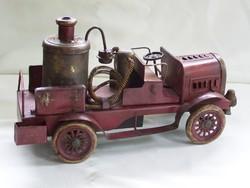 Régi antik lemez locsoló vagy tűzoltó autó.