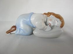 Zsolnay porcelán párnán fekvő kisfiú