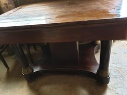 Asztal székekkel