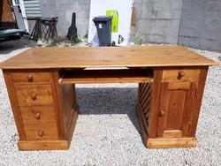 Eladó egy nagy méretű fenyő íróasztal ,az asztal hátul is díszített azért térben is kihelyezhető. Bú