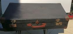 Világjáró antik bőrönd . Mérete:71x39 cm. 16 cm vastag.