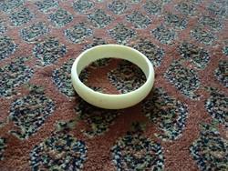 Műanyag női karkötő, régi bézs színű karperec