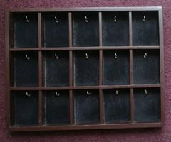 Fali akasztós kulcstartó.Mérete:36.5x28.5 cm. 15 osztás