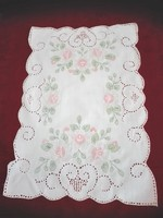 Festett, hímzett terítő, tálcakendő, 42 x 28 cm