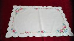 Drapp, hímzett terítő, 36 x 50 cm
