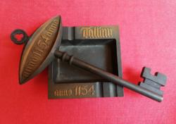 Tallin 1154 falidísz vas kulcs és hamutartó. Rézzel futtatott tömör vas dísztárgy.