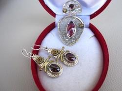 Posztmodern arany ezüst szett: gránát köves fülbevaló és medál hozzá