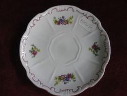 Zsolnay porcelán kávés csésze alátét, hófehér, apró virágmintával. Átmérője 12 cm.