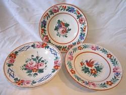 3 antik hollóházi festett keménycserép fali tányér