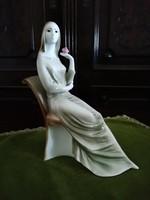 Zsolnay széken ülő nő