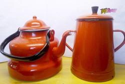 A nagymama zománcozott edényei teáskanna, és bödön piros színű ritkaság párban.