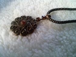 Iparművészeti fém nyaklánc fém medállal, csiszolt kövekkel