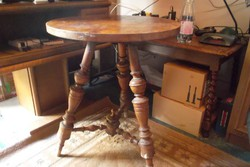 Antik háromlábú asztal