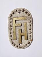 F. H. monogramos tábla
