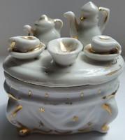 Cukortartó porcelán fedeles aranyozott egyedi szinbolumokkal mérete:magassága 8cm, hosszúsága 8,5cm