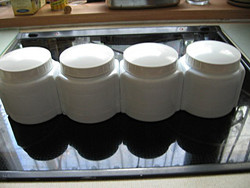 Különleges antik  4 db tejüveg tégely fehér bakelit tetővel
