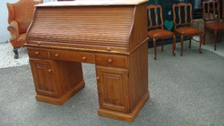 Redőnyös natúr fenyőfa íróasztal.