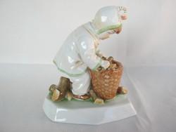 Zsolnay porcelán rőzsegyűjtő kisfiú