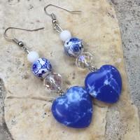 Kék azurit ásvány szív fülbevaló porcelán gyöngy ajándék dobozban