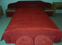 Retro hálószobabútor: franciaágy, éjjeliszekrények, puffok (piros, 1986)