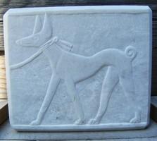 Kőfaragvány dombormű egyiptomi Fáraó-kutya carrarai márványból