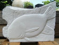 Kőfaragvány dombormű Hal Ponty carrarai márványból