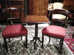 Mahagóni asztal 2 db biedermeier székkel