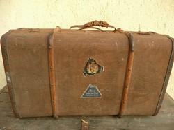 Antik kis méretű utazóláda  szép állapotban tele régi jelzésekkel