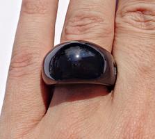 Sötétkék ásványból faragott gyűrű