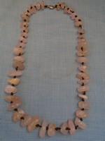 Kézműves ékszer hosszú láncon rózsa karc 444 ct