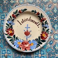 """"""" Istenhozott. """" Apátfalvi / Bélapátfalvi név festett keménycserép tányér"""