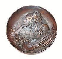 Régi,katona esküvőt ? ábrázoló bronz tálka.