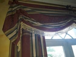 Klasszikus polgári stílusú függönypár drapériával
