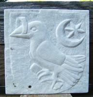 Kőfaragvány dombormű hollós Hunyadi címer carrarai márványból Corvin Mátyás